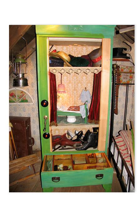 Kast in pippi's slaapkamer met speeldoosjes, lampjes en mechanishe gordijnen